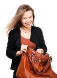 Giovane donna sorridente che cerca in grande immagini stock libere da diritti