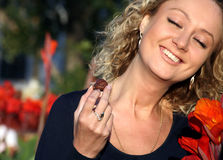 Giovane donna sorridente che mangia cioccolato Immagine Stock Libera da Diritti