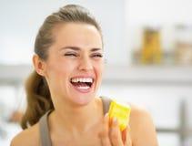Giovane donna sorridente che mangia la fetta dell'ananas Immagine Stock Libera da Diritti