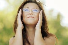 Giovane donna sorridente che osserva in su Immagini Stock Libere da Diritti