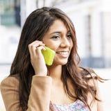 Giovane donna sorridente che parla sul telefono. Fotografia Stock