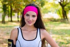 Giovane donna sorridente che si prepara per correre Immagini Stock Libere da Diritti