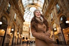 Giovane donna sorridente che sta nella galleria Vittorio Emanuele II Fotografia Stock