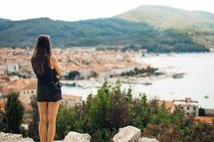 Giovane donna sorridente che viaggia e che visita Europa Estate che visita Europa e cultura Mediterranea Vie Colourful, vecchie fotografia stock