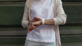Giovane donna sorridente con capelli marroni ricci video d archivio