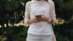 Giovane donna sorridente con capelli marroni ricci archivi video