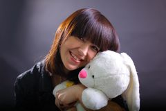Giovane donna sorridente con coniglio fotografia stock libera da diritti