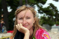Giovane donna sorridente con gli occhiali da sole su una testa Fotografie Stock