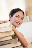 Giovane donna sorridente con i libri Immagini Stock Libere da Diritti
