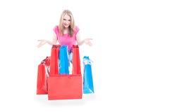 Giovane donna sorridente con i sacchetti della spesa variopinti Immagine Stock Libera da Diritti