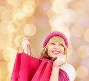 Giovane donna sorridente con i sacchetti di acquisto Fotografia Stock Libera da Diritti