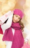 Giovane donna sorridente con i sacchetti di acquisto Fotografie Stock Libere da Diritti