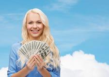 Giovane donna sorridente con i soldi del dollaro americano Fotografia Stock