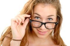 Giovane donna sorridente con i vetri neri Fotografie Stock