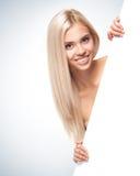 Giovane donna sorridente con il bordo in bianco Immagini Stock Libere da Diritti