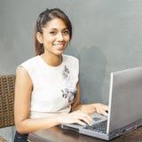 Giovane donna sorridente con il computer. Fotografia Stock