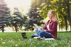 Giovane donna sorridente con il computer portatile all'aperto Fotografia Stock Libera da Diritti