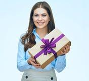 Giovane donna sorridente con il contenitore di regalo lungo della tenuta dei capelli Fotografia Stock