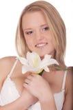 Giovane donna sorridente con il giglio fotografia stock libera da diritti