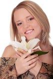 Giovane donna sorridente con il giglio bianco fotografia stock