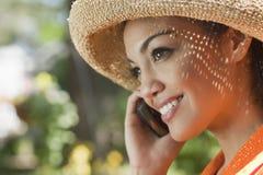 Giovane donna sorridente con il telefono delle cellule Immagini Stock