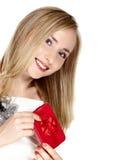 Giovane donna sorridente con la casella rossa. immagine stock