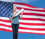 Giovane donna sorridente con la freccia che poiting su Immagini Stock Libere da Diritti