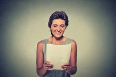 Giovane donna sorridente con le carte Fotografia Stock Libera da Diritti