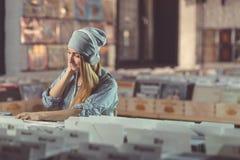 Giovane donna sorridente con le cuffie fotografia stock libera da diritti