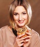 Giovane donna sorridente con un dolce Fotografia Stock