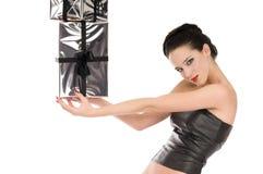 Giovane donna sorridente in corsetto di cuoio nero Fotografia Stock Libera da Diritti