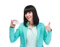 Giovane donna sorridente di affari che mostra carta in bianco Fotografia Stock