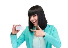 Giovane donna sorridente di affari che mostra carta in bianco Fotografie Stock