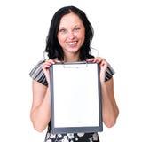 Giovane donna sorridente di affari che mostra spazio in bianco Fotografia Stock Libera da Diritti
