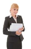Giovane donna sorridente di affari con i documenti Fotografia Stock