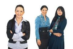 Giovane donna sorridente di affari e la sua squadra Immagine Stock Libera da Diritti