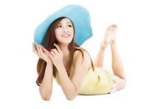Giovane donna sorridente di estate fotografia stock