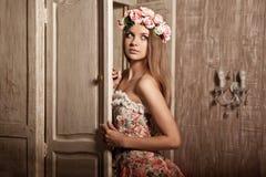 Giovane donna sorridente di lusso di bellezza in vestito d'annata in elegante dentro Fotografie Stock