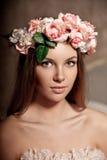 Giovane donna sorridente di lusso di bellezza in vestito d'annata in elegante dentro Fotografia Stock Libera da Diritti