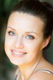 Giovane donna sorridente felice fotografia stock