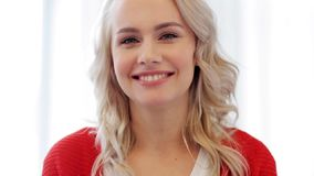 Giovane donna sorridente felice stock footage