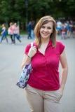 Giovane donna sorridente felice in camicia rossa, all'aperto Immagini Stock