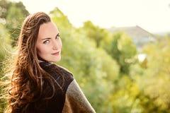Giovane donna sorridente felice che cammina nel parco di autunno fotografie stock libere da diritti