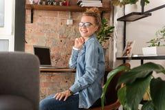 Giovane donna sorridente felice che lavora a casa Immagini Stock Libere da Diritti