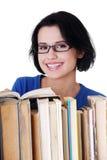 Giovane donna sorridente felice dell'allievo con i libri Immagini Stock