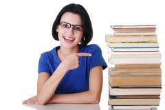 Giovane donna sorridente felice dell'allievo con i libri Fotografia Stock Libera da Diritti