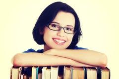 Giovane donna sorridente felice dell'allievo con i libri Immagine Stock Libera da Diritti