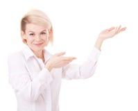 Giovane donna sorridente felice di affari che mostra zona in bianco immagine stock libera da diritti
