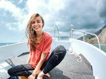 Giovane donna sorridente felice nella barca bianca fotografia stock libera da diritti