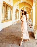 Giovane donna sorridente graziosa in cappello con le borse su acquisto al deposito Fotografia Stock